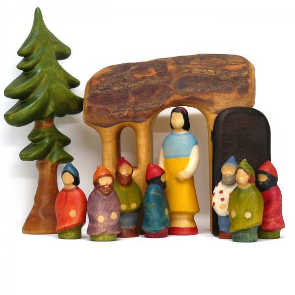 Schneewittchen, die sieben Zwerge mit Häuschen und kleinem Fichtenbaum