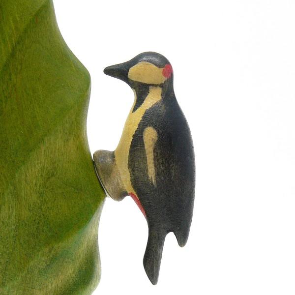 Buntspecht-Figur mit Stockmar Knetwachs an den Baum befestigt